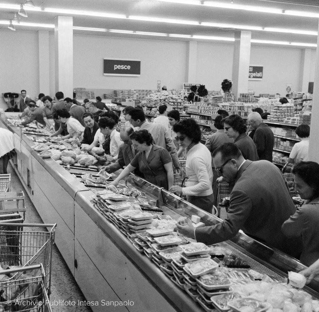 Clientela di un supermercato, Milano, 1959 © Archivio Publifoto di Intesa Sanpaolo