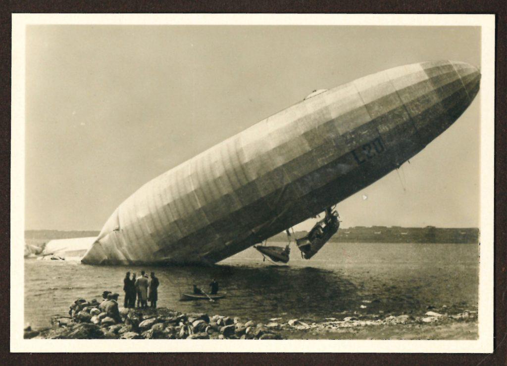 Foul and Awesome Display, Francesco Colombelli, Dirigibile della marina arenato sulla costa norvegese, tratto dal libro Zeppelin-Weltfahrten II, 1936