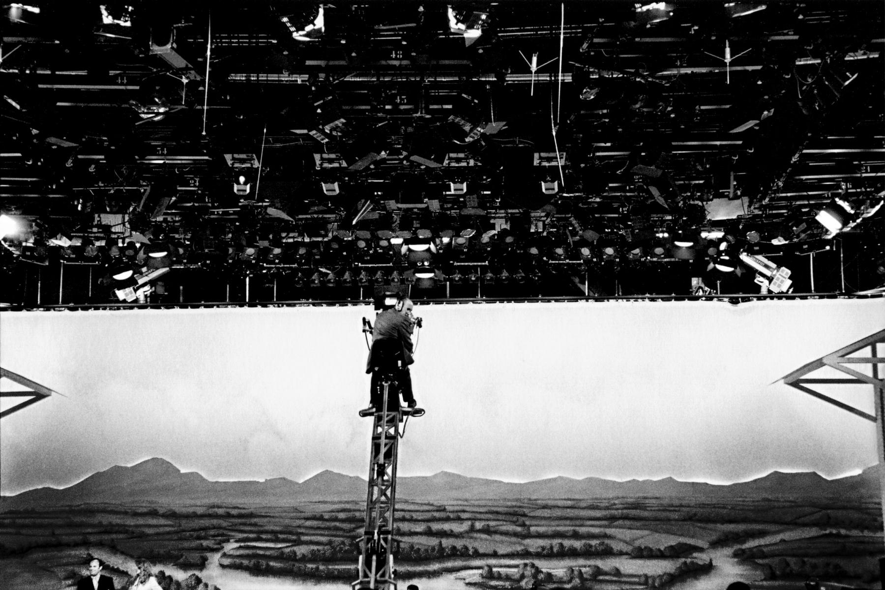 Stefano De Luigi, Un cameramen in attesa della messa in onda di Buona Domenica, 1995